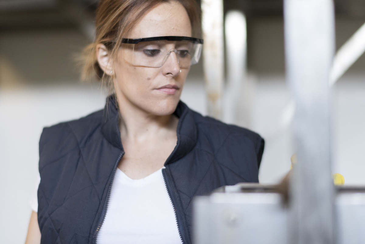 Photo illustration. Femme avec lunette de protection. Bollé Safety, stratégie digitale