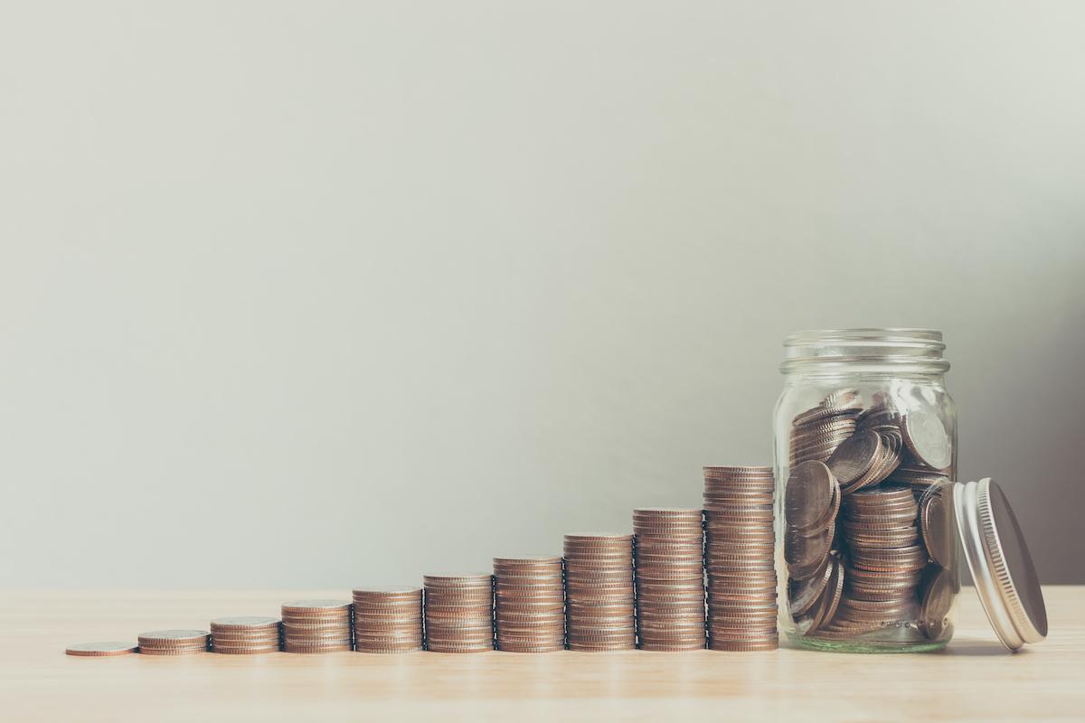 Photo illustration piles de pièces de monnaie formant une courbe croissante