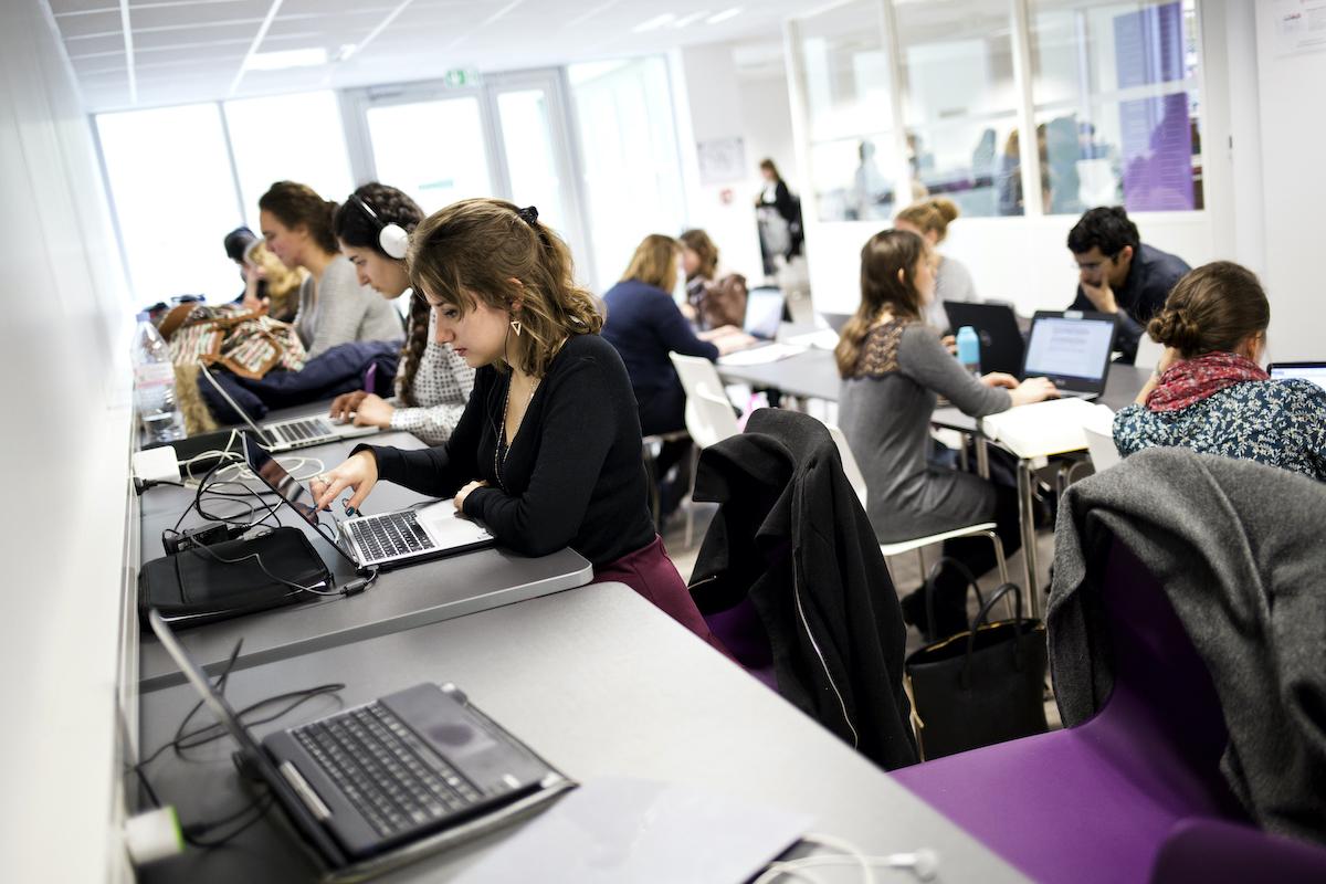 Une salle de cours et de travaux pratiques à l'ISIT. Ordinateurs portables et étudiant(e)s en plein travail