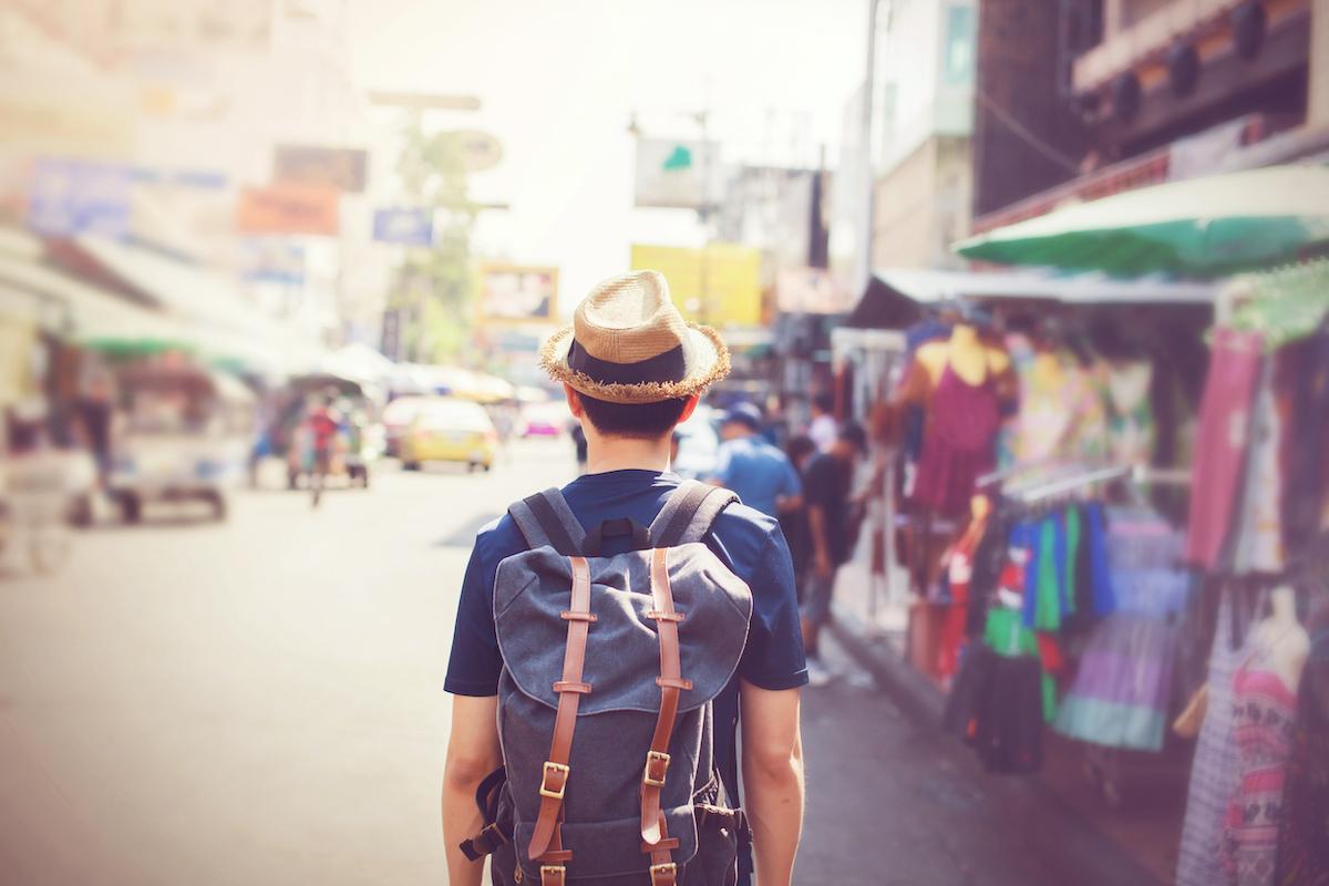 voyageur avec sac à dos dans un ville