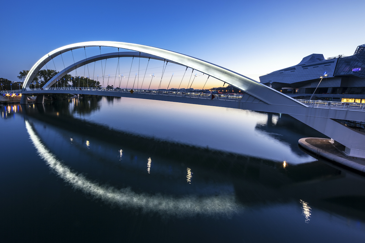 Photo illustration-EDF innove avec Smart Grid. Vue nocturne pont lyon conflurnce