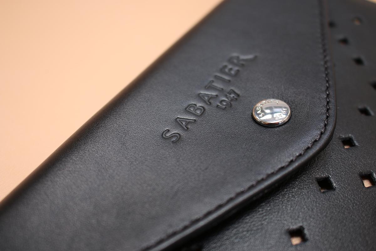 Partie haute d'une pochette noire de la marque Sabatier 1947