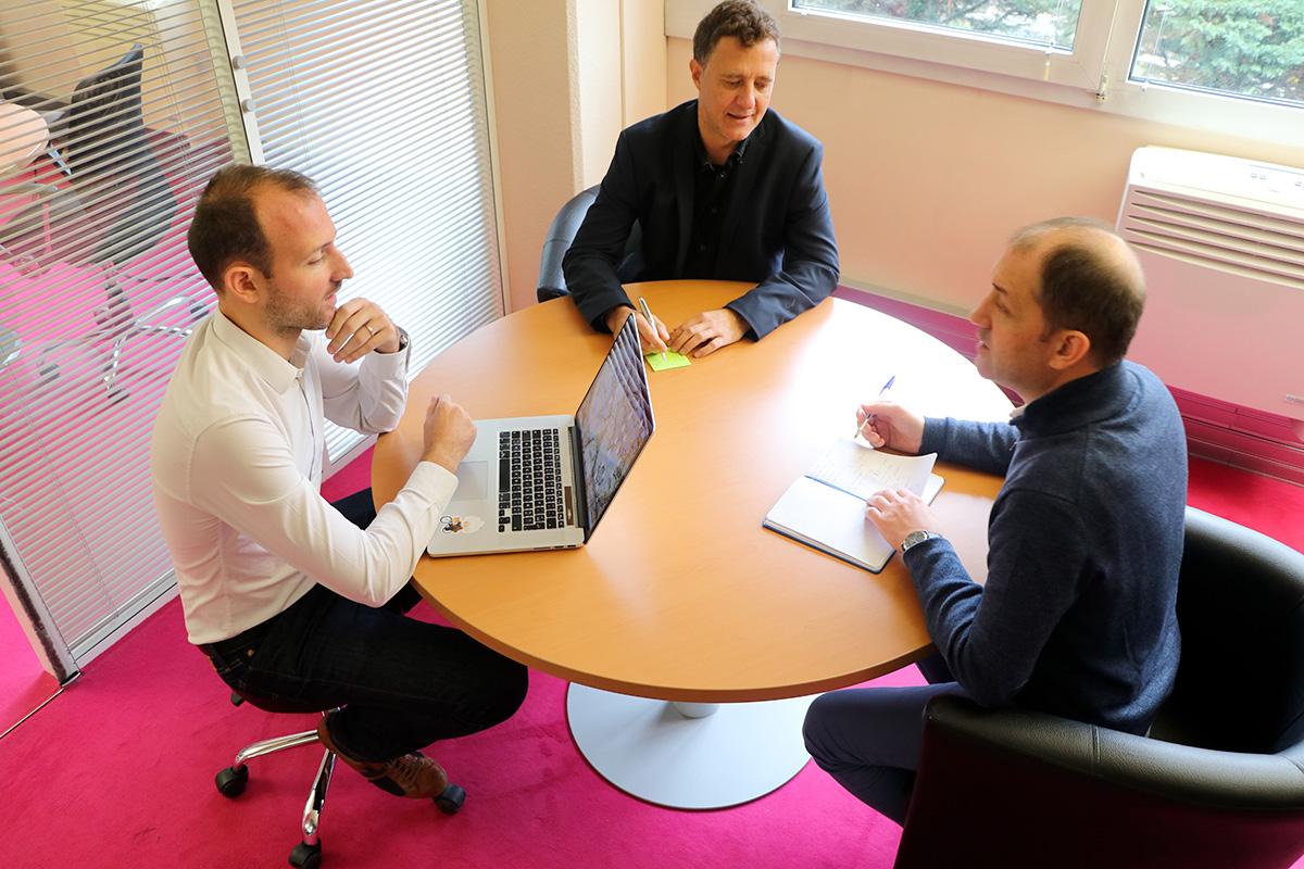 3 salariés de l'agence autour d'une table ronde