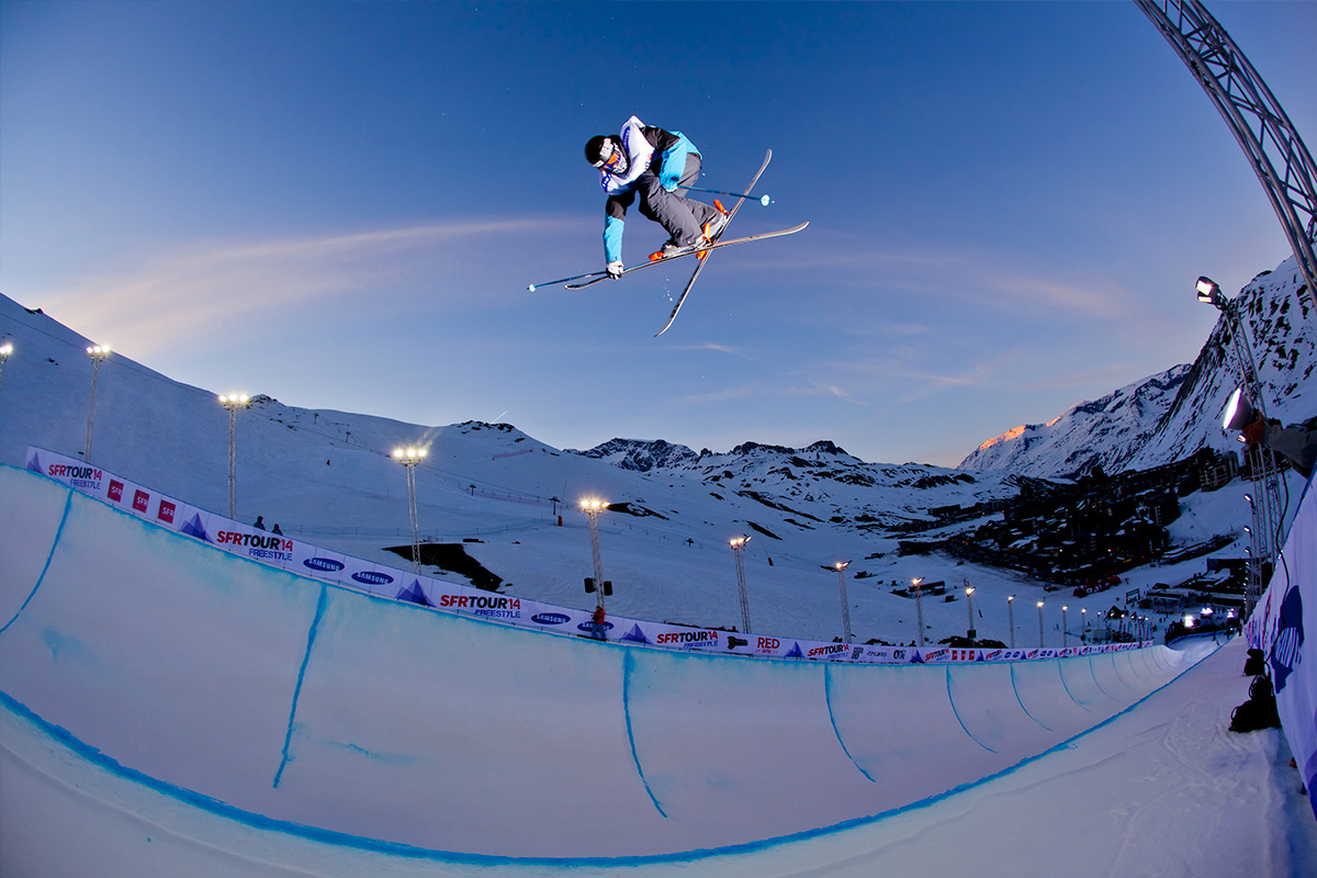 Un skieur pratiquant un saut par beau temps